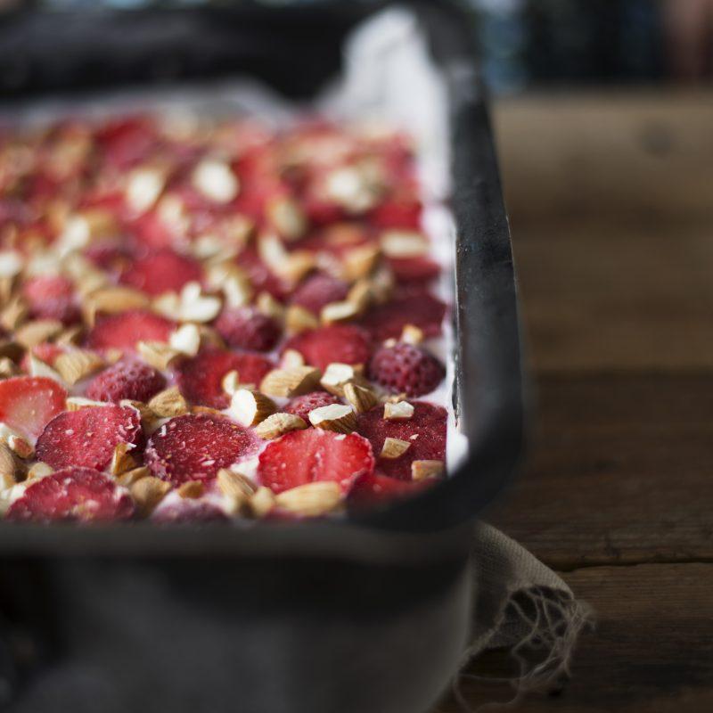 Frozen yogurt & strawberry bars recipe